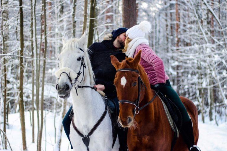 романтическая пара на лошадях